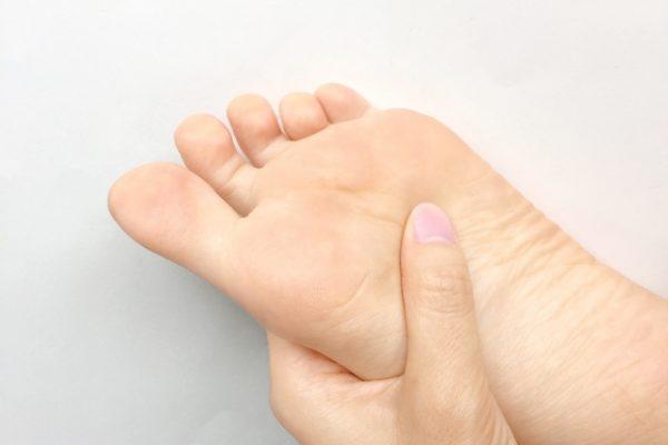 足のマメ・タコ・ウオノメの原因は歩き方かも イメージ